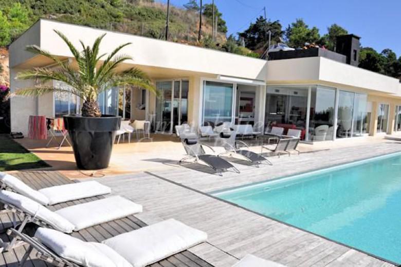 Espectacular casa moderna en venta en begur aigua blava for Jacuzzi casa moderna