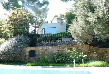 Large modern style villa with garden and pool for sale in Sa Tuna, Begur
