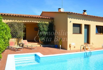 Recently built detached house for sale with private pool in Residencial Begur