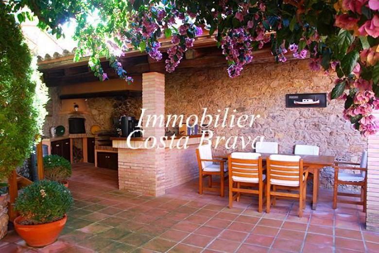 Casa r stica con jard n y porche privado en venta ubicado for Valsain porche y jardin