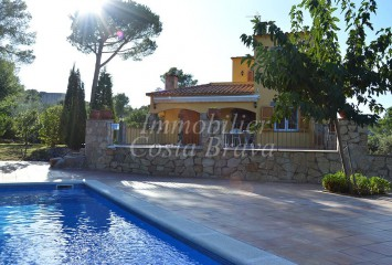 Sunny house surrounded by a beautiful garden, for sale in Tamariu