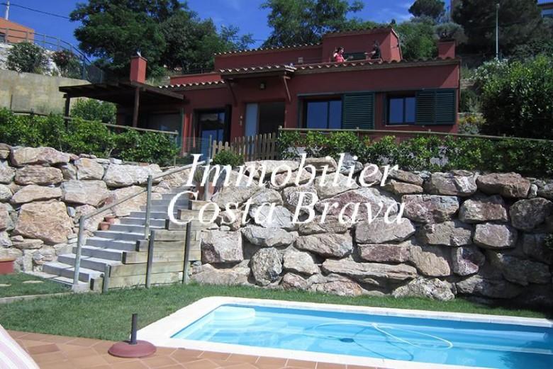 Agr able maison vendre avec un jardin et une piscine begur for Construction piscine 972