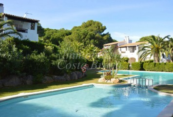 Charmng terraced house for sale in a community with shared pool in Pals beach