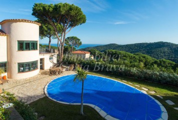 Detached house for sale in Begur, Sa riera with beautiful views to the sea and hills