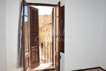 Rustic stone house full of charm for sale in the centre of Begur