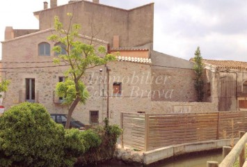 Charming stone house for sell in center of a little medieval village  in Baix Empordà