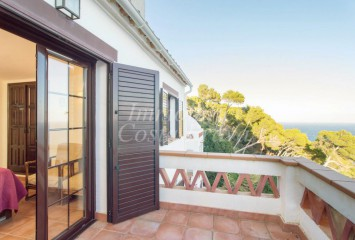 Sunny terraced  house for sell with sea views in a community with shared pool in Begur, La Borna