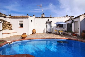 Refurbished rustic townhouse house for sale with pool and terrace in the center of Begur