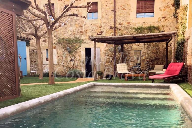 Jolie maison de village avec piscine et jardin vendre for Achat une maison