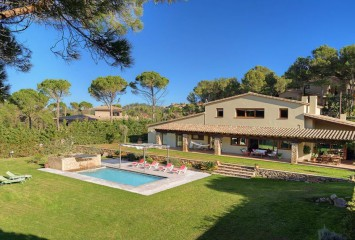Beautiful house with pool and garden for sale in Begur, walking distance to the center