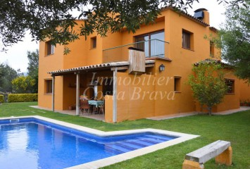Detached house for sell with pool, garden and beautiful views to the countryside for sale in Residencial Begur
