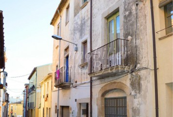 Ancient townhouse with patio and garage for sale in Palafrugell center
