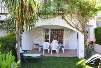 Lovely terraced house with private garden and comunal pool  for sell in Pals beach