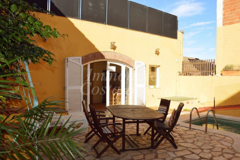 Large stone townhouse with pool for sale in Begur center