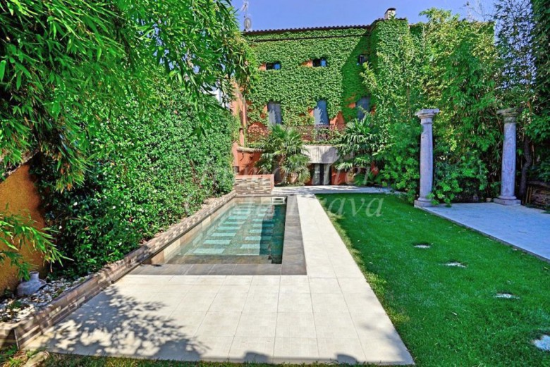 Beautiful townhouse of 1910 for sell in the centre of Palafrugell with private pool and garden