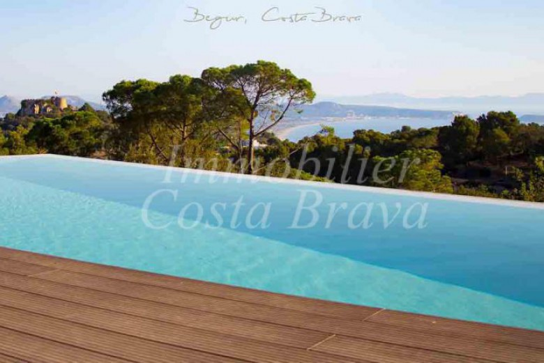 Luxury detached villa with beautiful sea views with pool and garden for sale in Begur