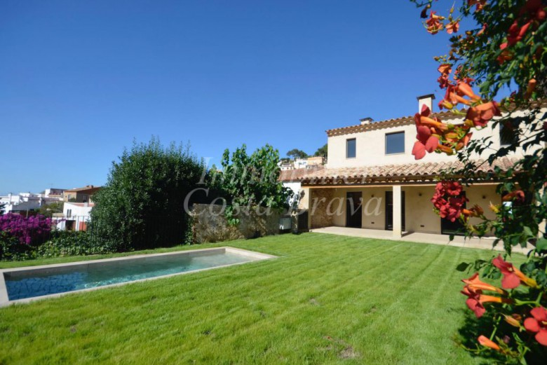 Rustic stone village house totally refurbished with pool and garden for sale in Begur centre