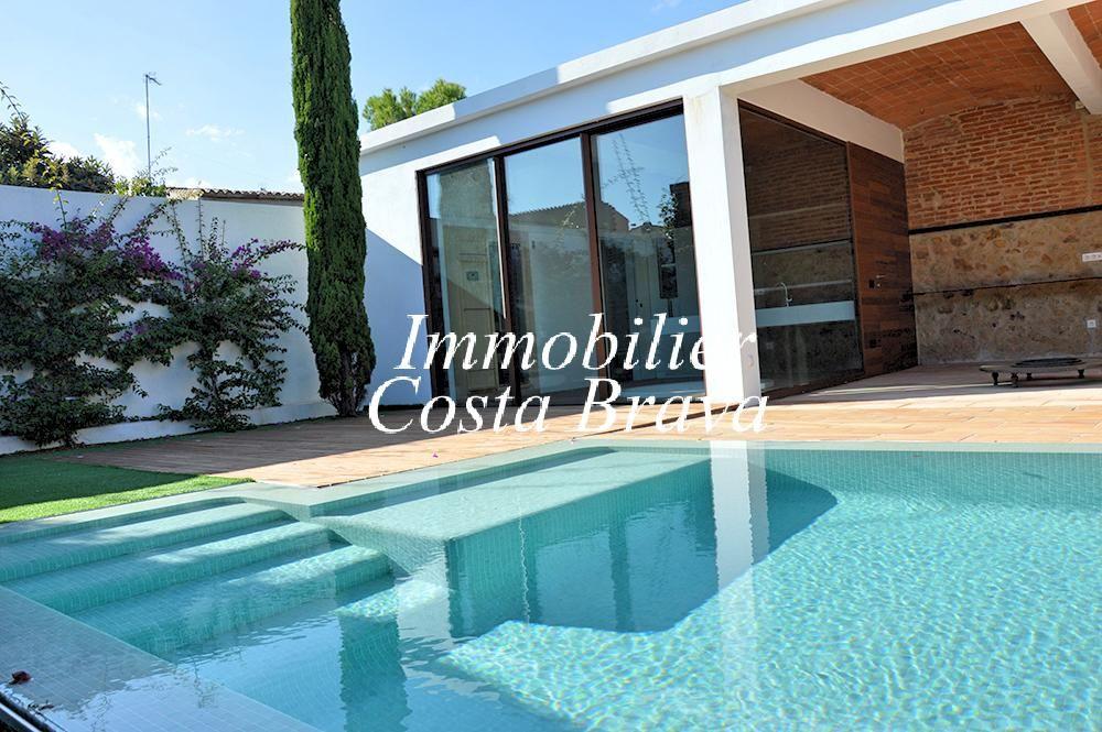 Exclusiva casa r stica reformada con jard n y piscina en for Casas con jardin y piscina