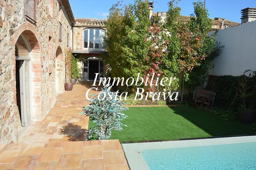 Exclusiva casa r stica reformada con jard n y piscina en for Jardin casa rustica