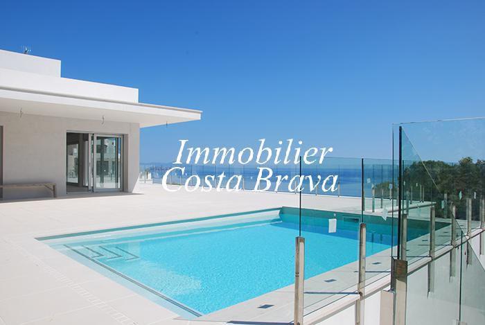 Tr s belle villa moderne vendre 700 m de la plage sa riera begur for Villa tres moderne