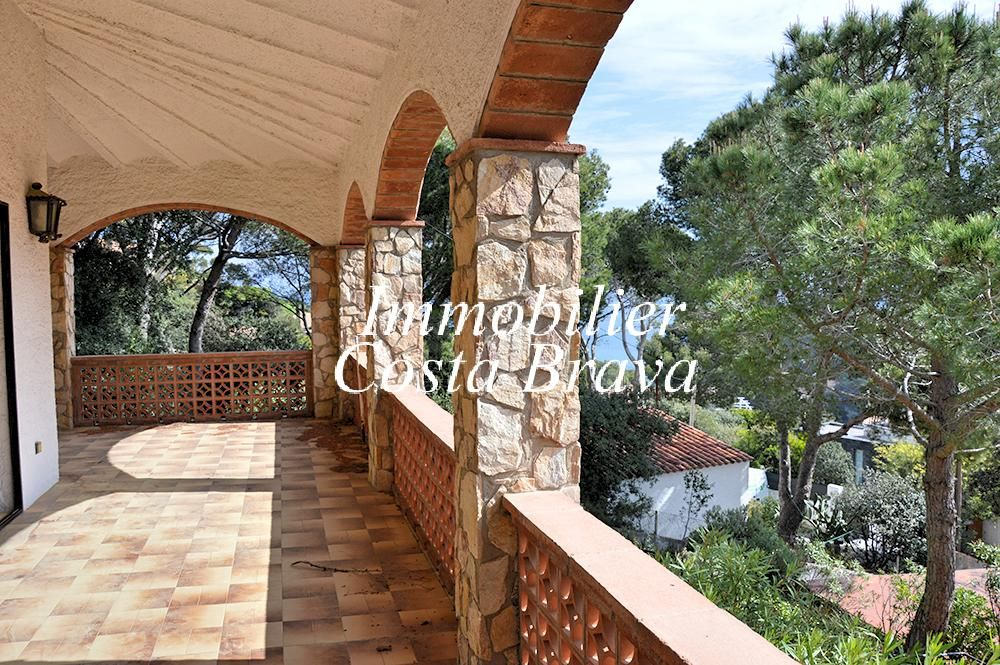 Maison entour e d 39 un beau jardin avec de petites vues mer for Achat maison costa brava