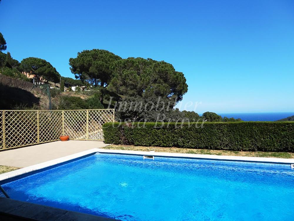 Encantadora villa de estilo catal n en venta con vistas al for Piscina en catalan