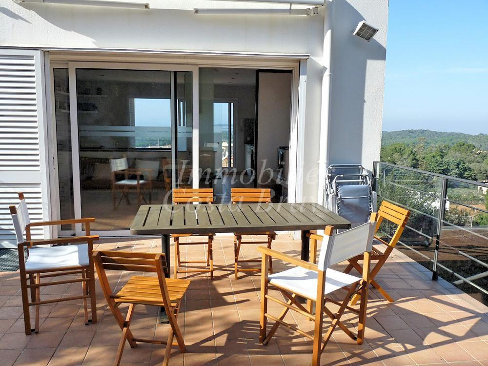 Villa moderna soleada en venta con vistas al mar en begur for Villa moderna