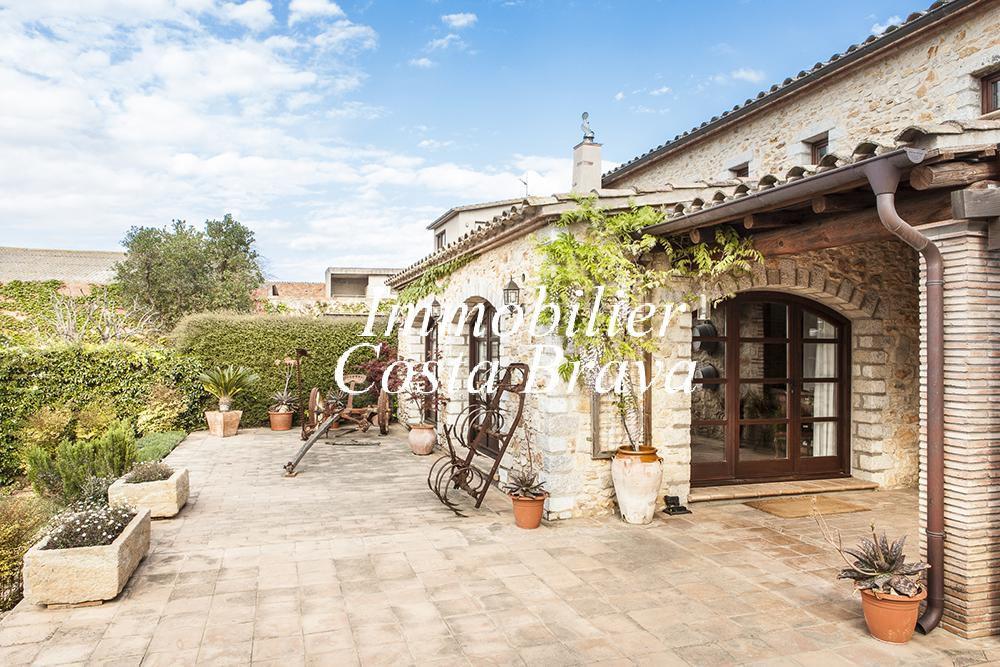 Espectacular propiedad r stica en venta con jard n y for Casas rusticas con jardin