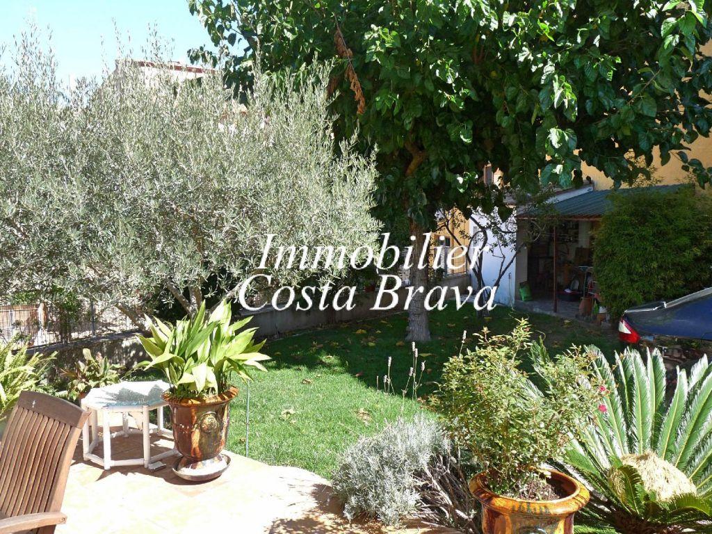 Casa en venta en el centro de begur con jardin y terraza for Casas con terraza y jardin