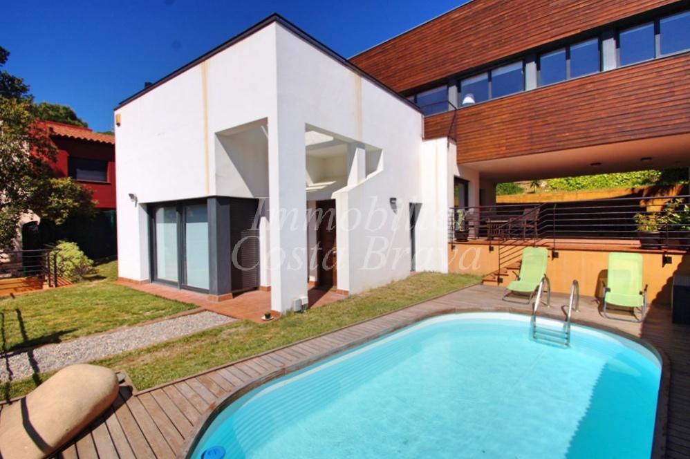 Belle maison moderne jumel e sur un c t avec piscine et for Model villa moderne