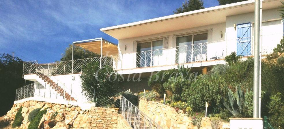 Maison moderne avec belle vue sur les collines à vendre à Pals, à ...