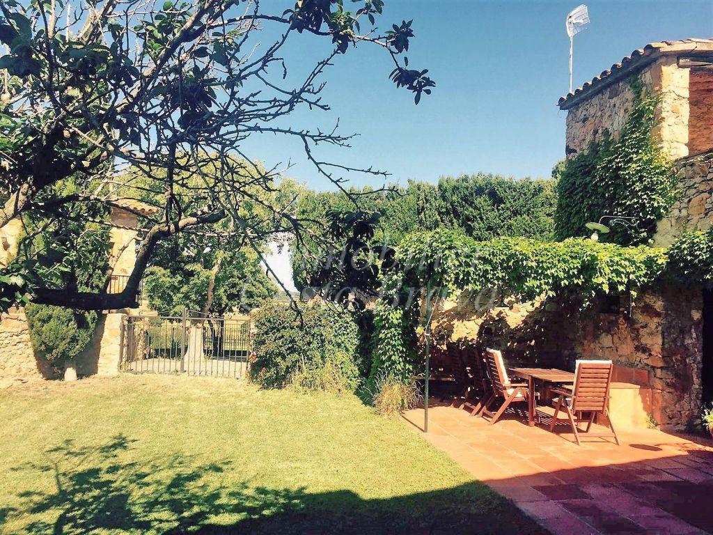Jolie maison de pierre avec jardin et terrasses vendre for Achat maison costa brava