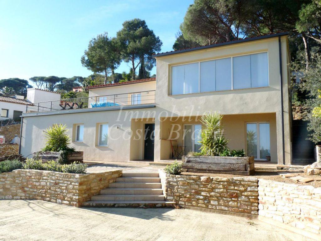 Villa de r cente construction avec vues mer piscine et jardin vendre mas prats begur for Construction piscine 972