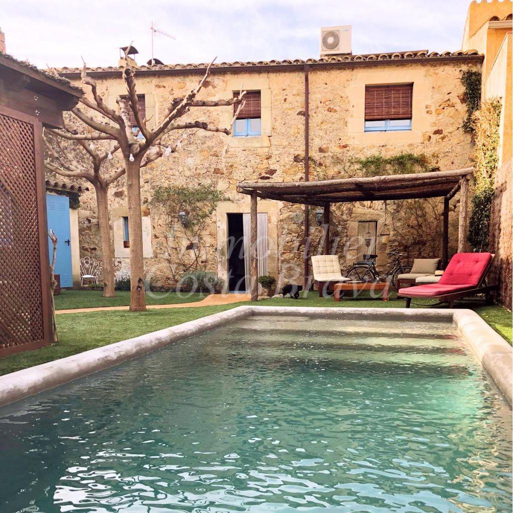 Casa r stica de pueblo con mucho encanto piscina y jard n for Jardin casa rustica