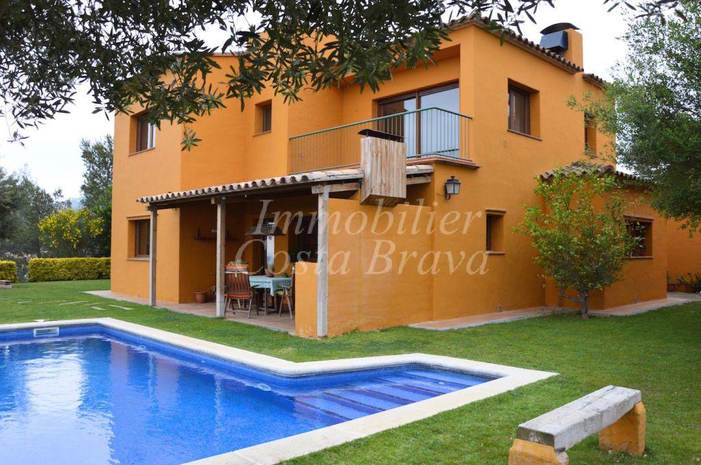 jardin et maison Maison construite sur 2 niveaux avec terrasses, 4 chambres, 3 salles de  bains, grand garage, piscine et jardin, située à 3,5 km du village et de la  plage