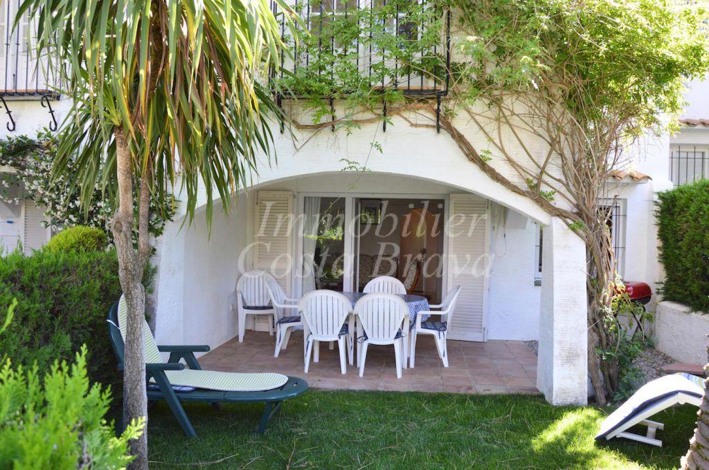 Maison jumel e pleine de charme avec jardin privatif et for Piscine jardin impot