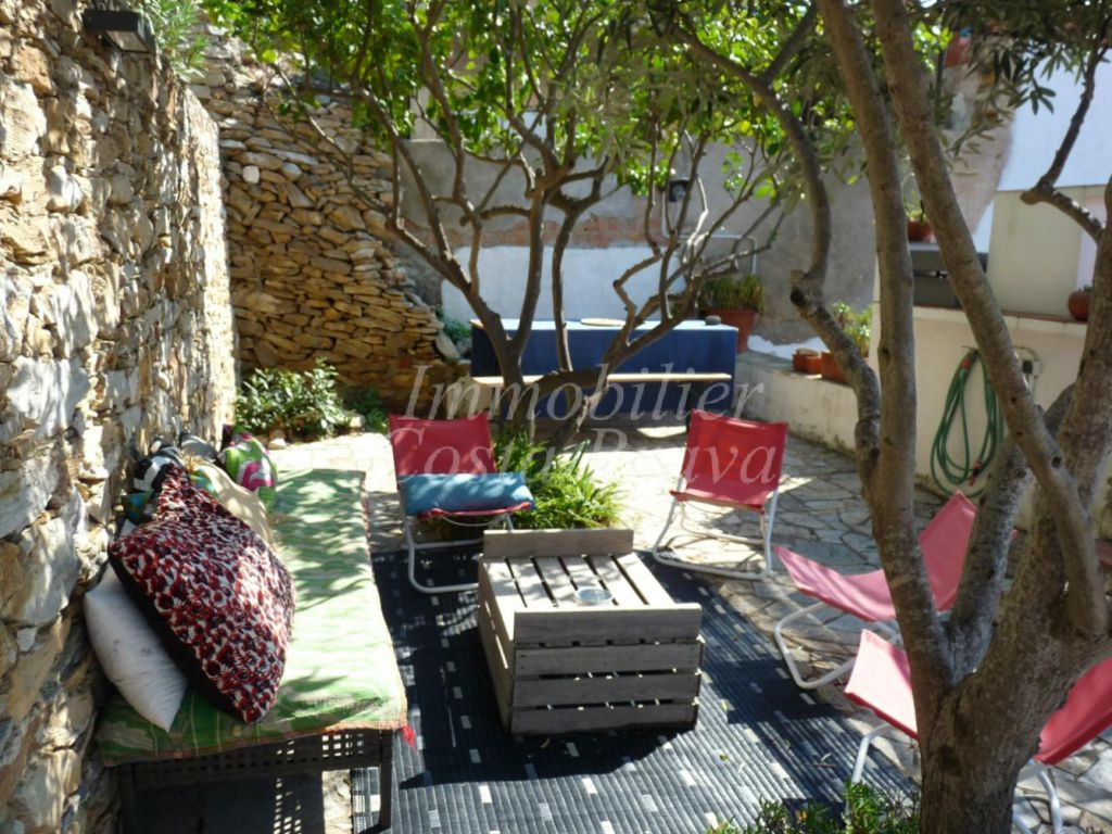 village stone house full of charm with patio and little garden for sale in the centre of begur - Little Garden